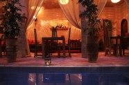 Tables au bord de la piscine du Riad Azenzer