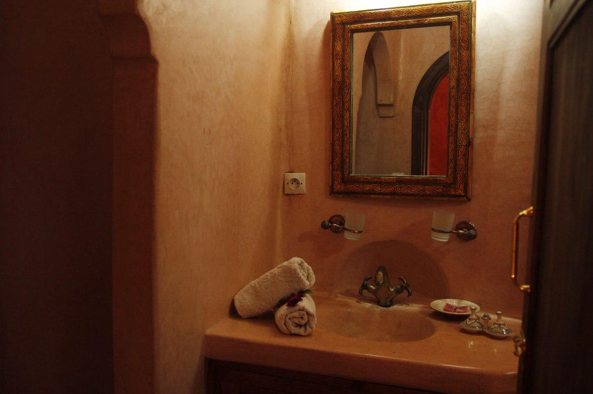 Salle de bain en tadelakt au Riad Azenzer, marrakech