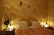 Chambre double supérieure avec un grand lit dans riad de charme à Marrakech